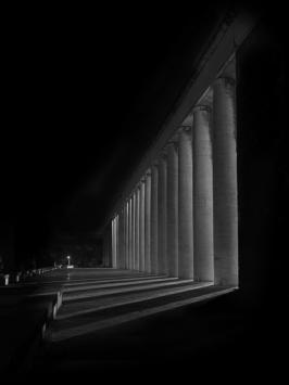 Dal buio emerge la città
